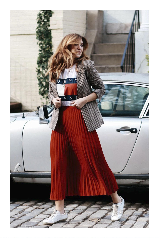782576b0ef Cómo usar tus tenis blancos  TiZKKAmoda  falda  plisada  roja  Tshirt   sneakers  blazer  look  fashion  red