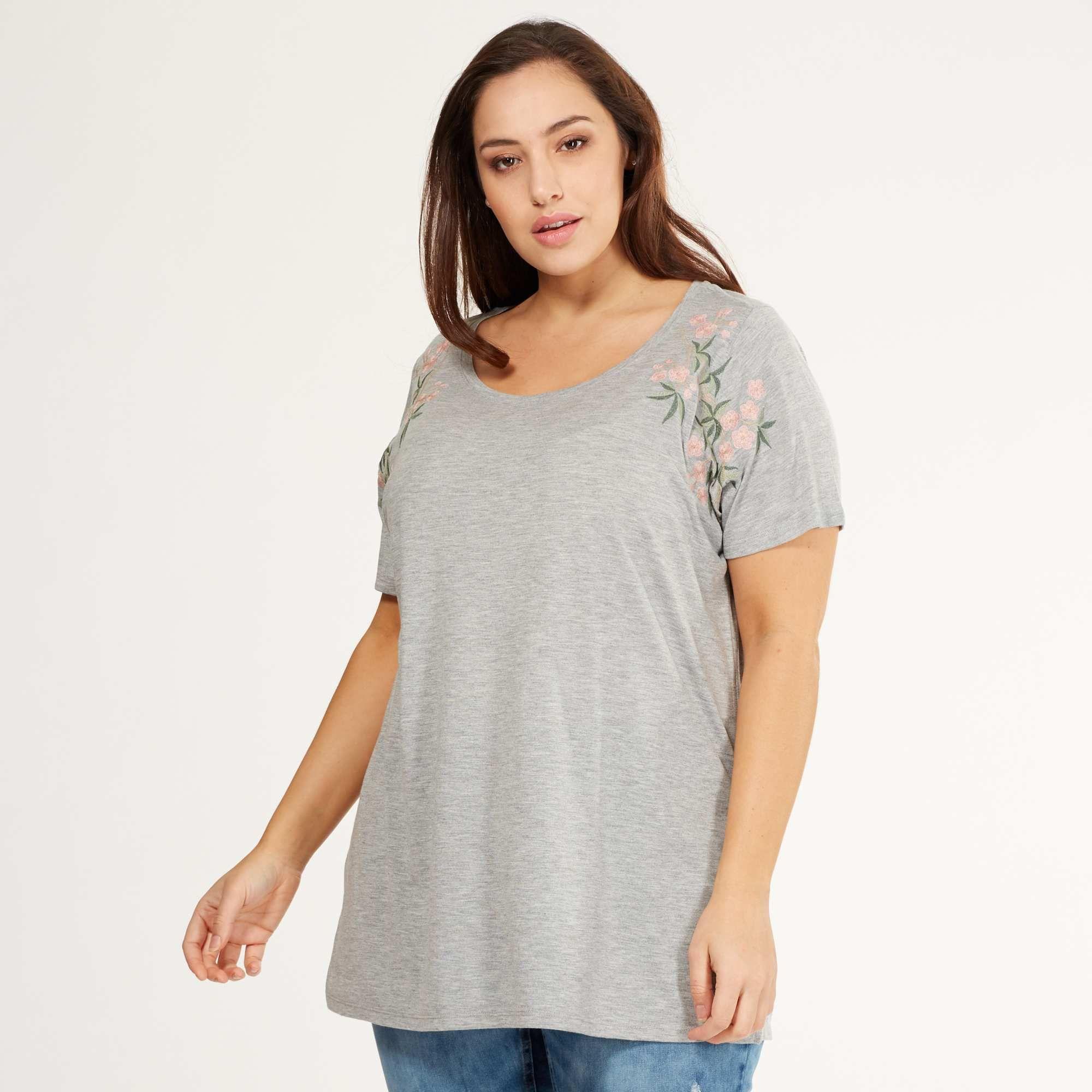 Taille Kiabi Broderies Jersey Sur Shirt Épaules Femme Rsqcthd Grande Tee MVUzqSp