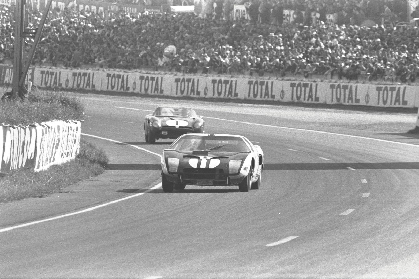 Ford Gt40 In Action At Le Mans 19 Ford Gt Gt40 Le Mans