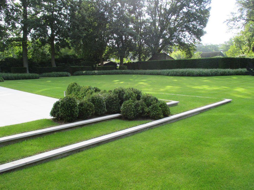 Hedendaagse villatuin met grastreden zwembad en siervijver bomen