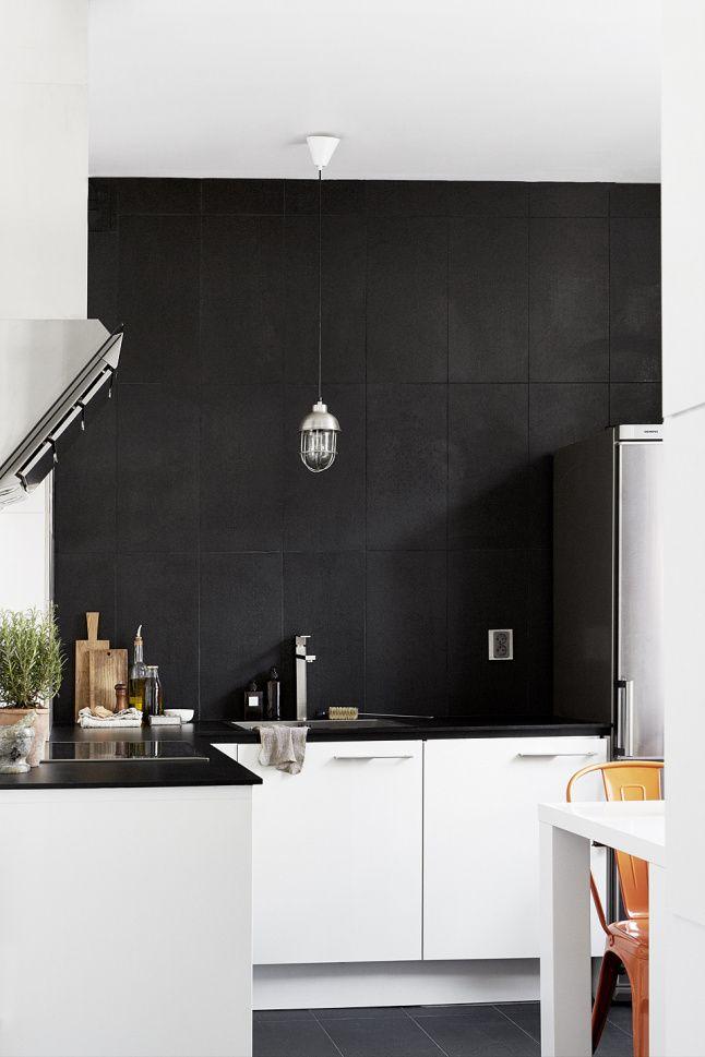 mur noir sol noir plan de travail noir cuisine blanche