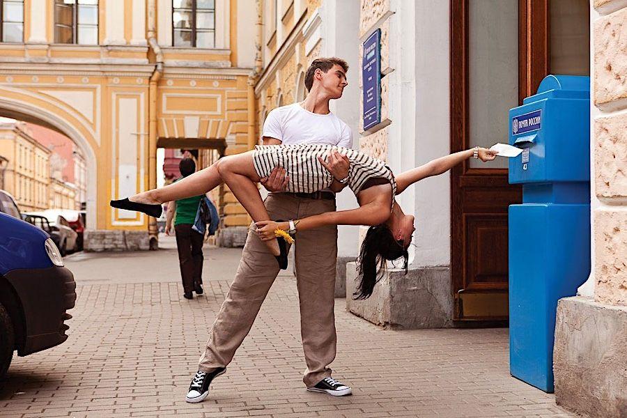 Fotografie: Vitaly Sokolovskys St. Petersburg tanzt  Ob mit beschwingter Leichtigkeit wie eine Ballerina oder mit leidenschaftlicher Ernsthaftigkeit beim Tango, Tanzen ist Ausdruck von Lebensfreude und...
