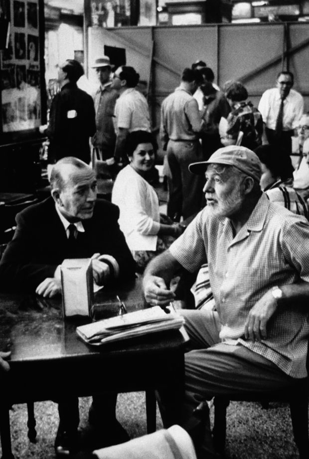 """Hemingway zusammen mit dem Schauspieler und Dramatiker Noël Coward im Sloppy Joe's während der Dreharbeiten von Carol Reeds """"Unser Mann in Havanna"""". © Peter Stackpole/Getty Images/Edition Olms Zürich"""