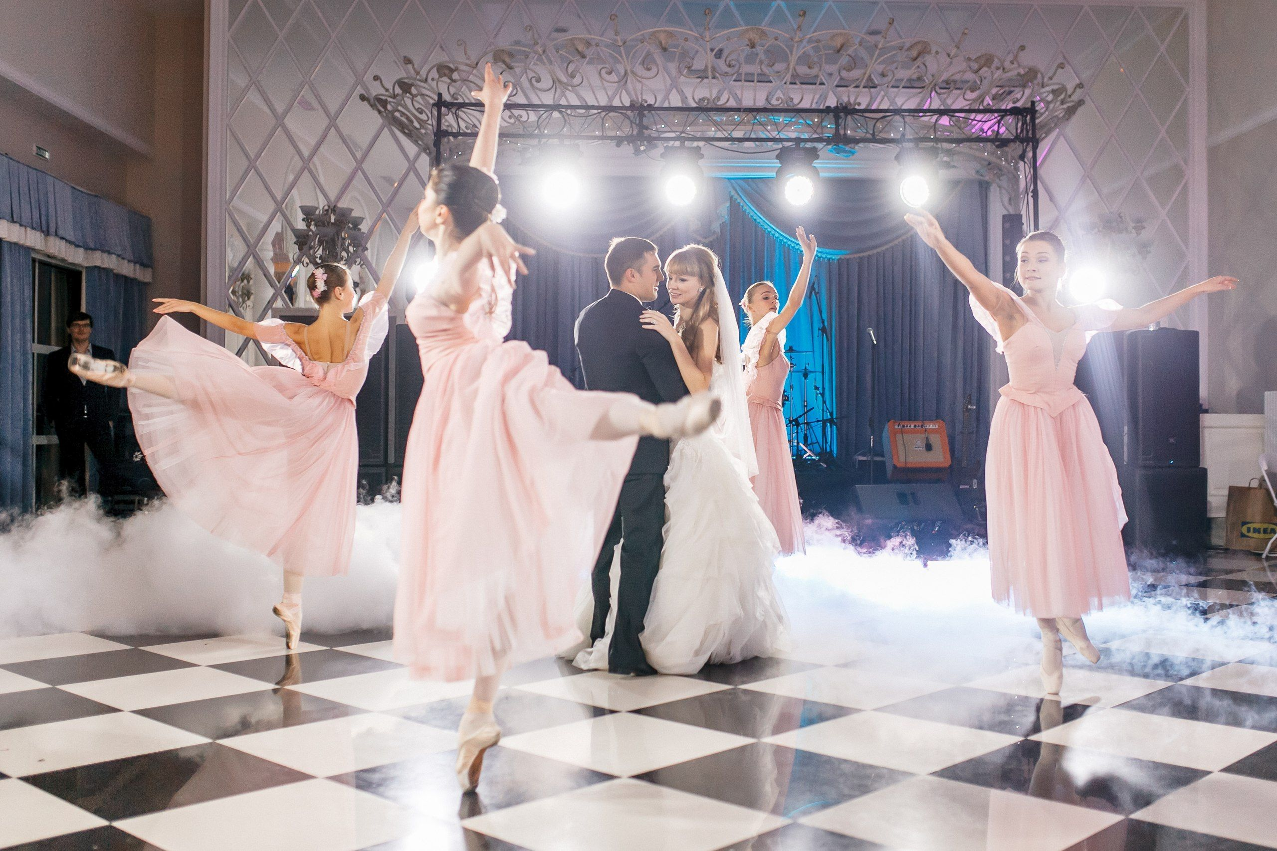 Wedding Idea First Dance Supporting Couple Not Worried