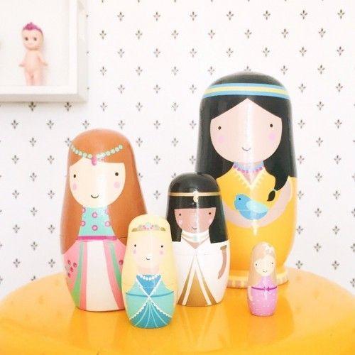 Matrioskas de madera con forma de princesas diseñadas por el estudio de diseño Sketch Inc - Minimoi