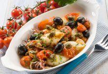 Calamari con pomodorini, olive e capperi.