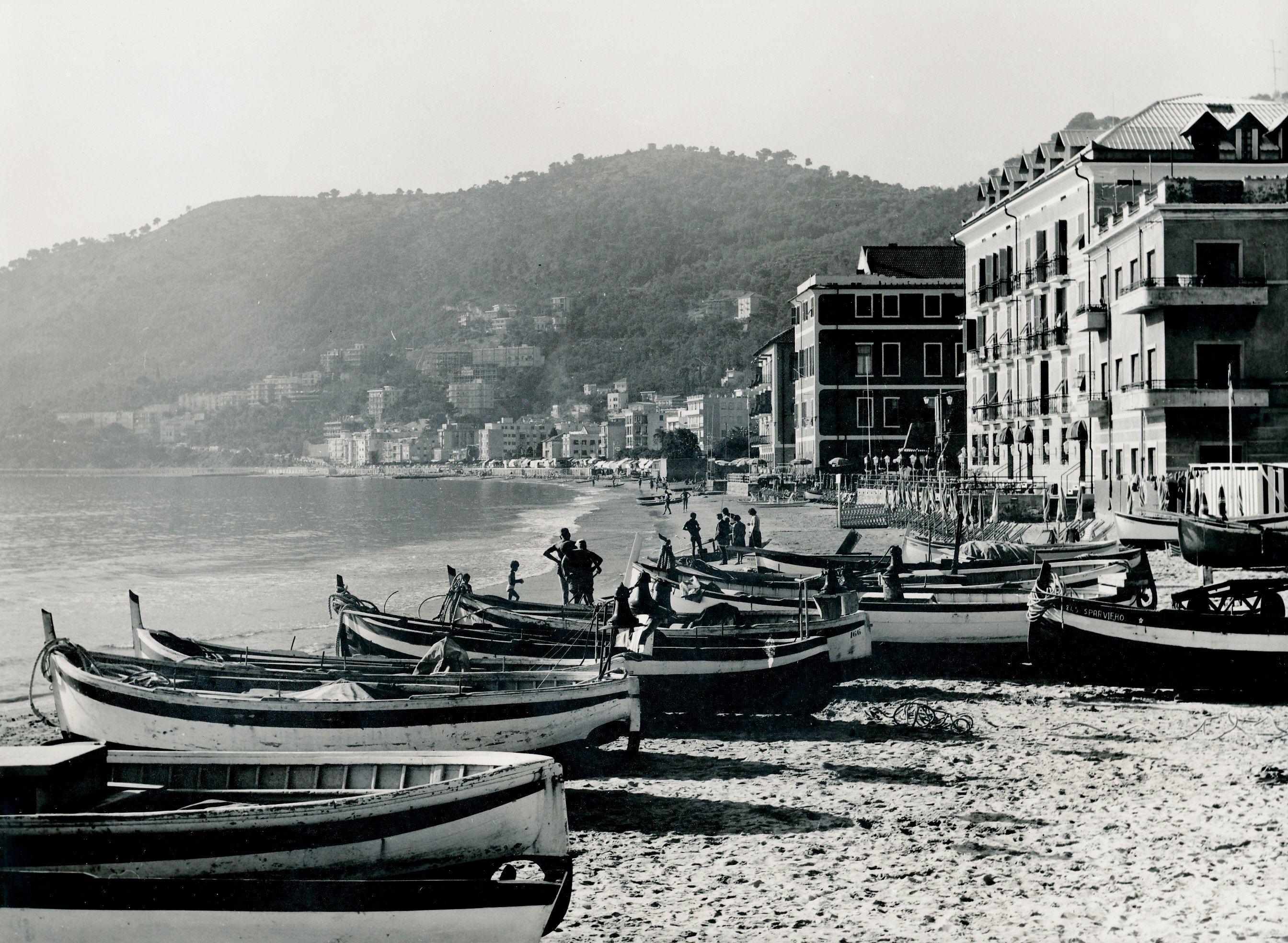 Laigueglia: la spiaggia pescatori e Capo Mele sullo sfondo ...