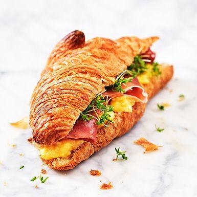 Tänk dig en färsk, frasig croissant som du fyller med krämig äggröra, en god lufttorkad skinka och några klipp smörgåskrasse. Vad får du då? Jo, en magiskt smakfull macka att lyxa till din frukost eller brunch med. Eller varför inte ta med den på picknick?