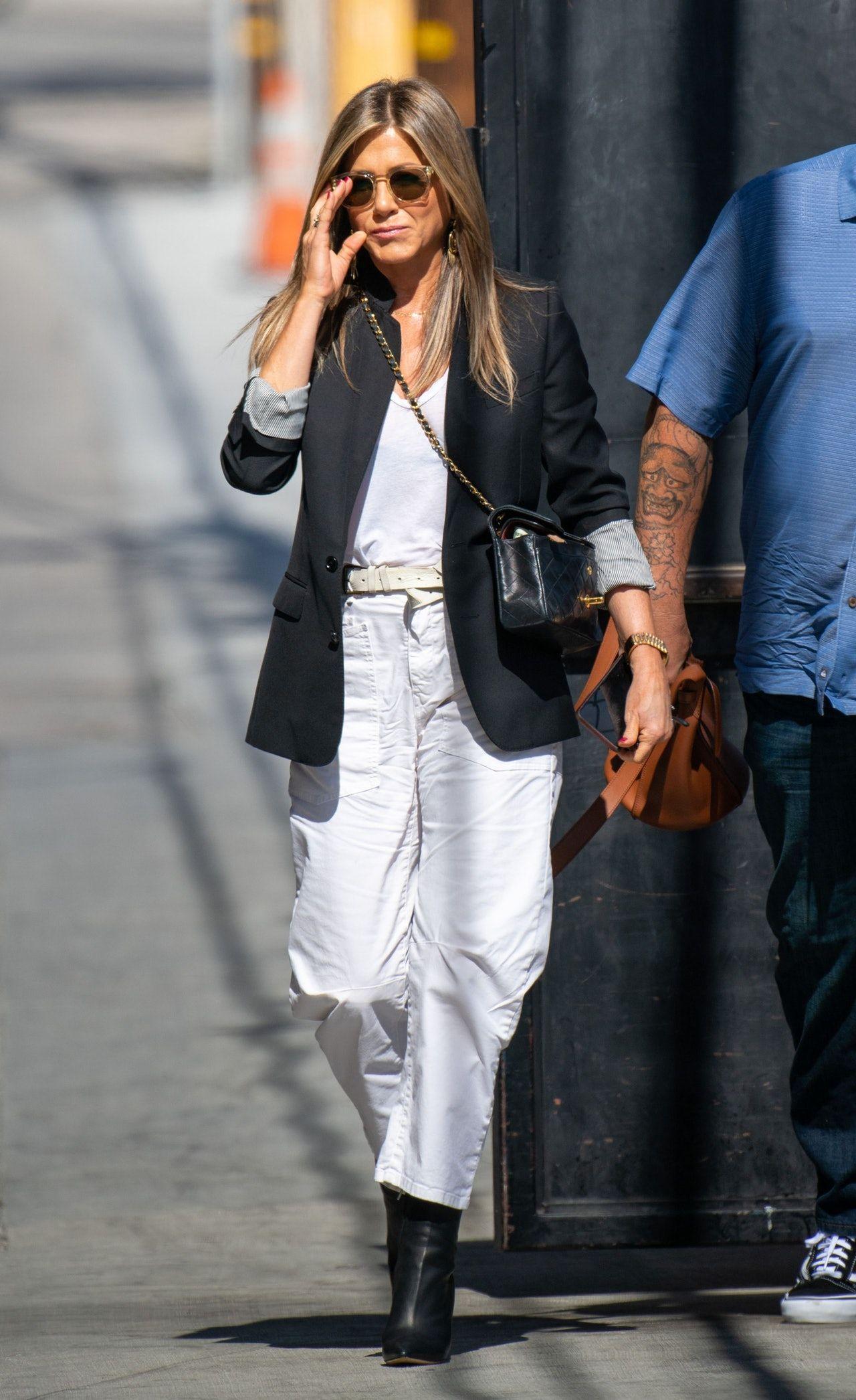The 5 Wardrobe Staples Jennifer Aniston Turns To Again Again Style Jennifer Aniston Style Jennifer Aniston