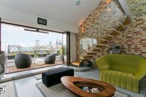 Wohnzimmer Ziegelwand ~ Eine schräge ecke von der wohnzimmer wand stellt eine persiflage