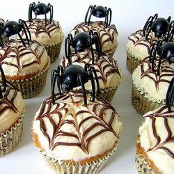Spider Cupcakes with Spiderweb Frosting - Shelob on a cupcake - yumm....