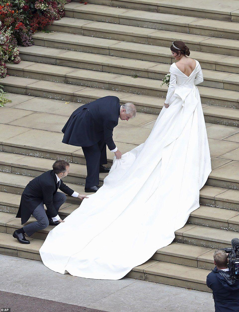 Beautiful Bride Princess Eugenie Marries Jack Brooksbank In Windsor Mariage Royal Mariage Princier Robe De Mariee [ 1257 x 962 Pixel ]