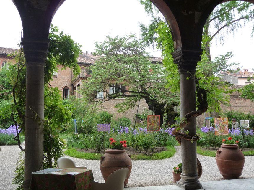 Giardino Palazzo Scroffa, entrata fiorita. Foto di Simonetta Sandri