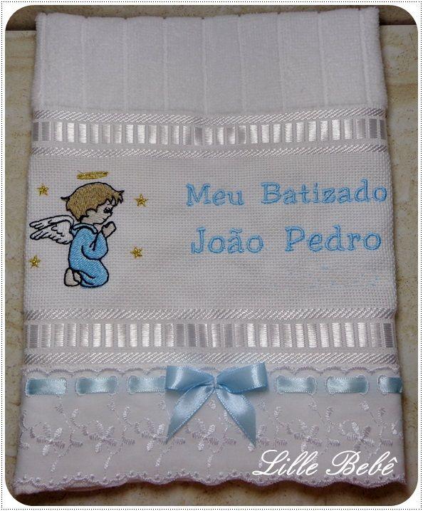 Toalha de batizado aveludada bordada com desenho e nome do bebê. www.lillebebe.com.br