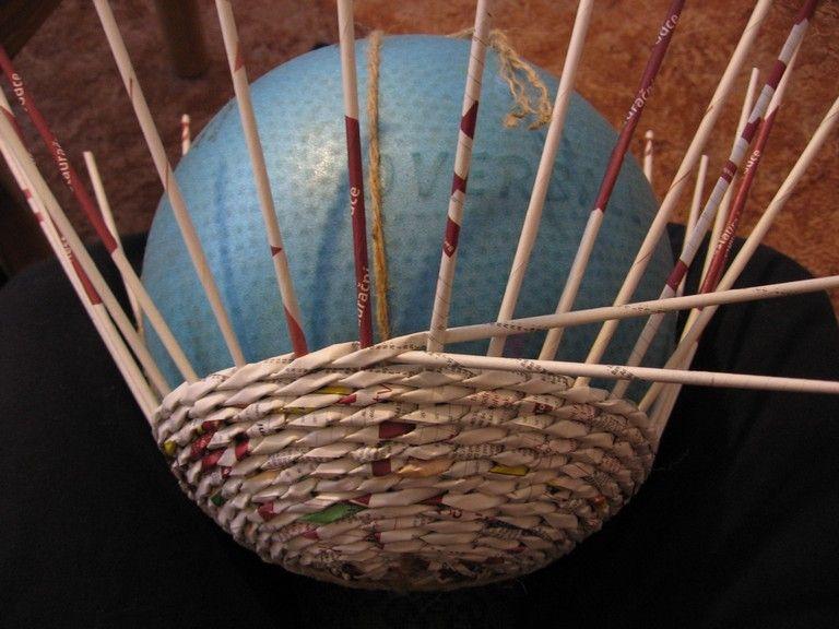 Плетение шара из газет