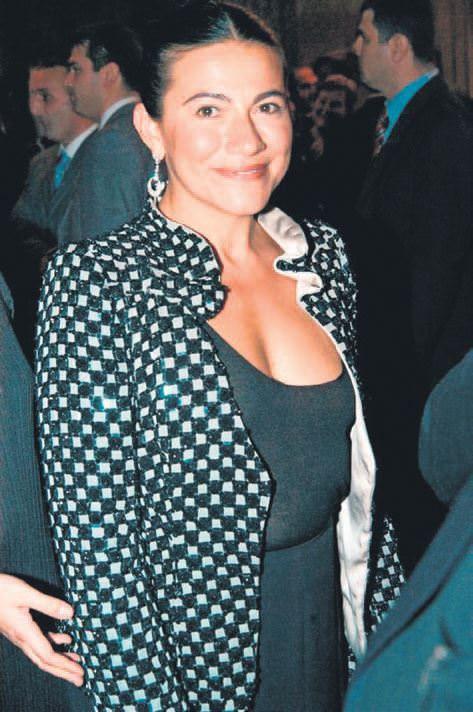 Türkiye'nin en zengin beş bekar kadınından biri olarak gösterilen ve Ferit Bey'in üzerine titrediği kardeşi Filiz Şahenk.