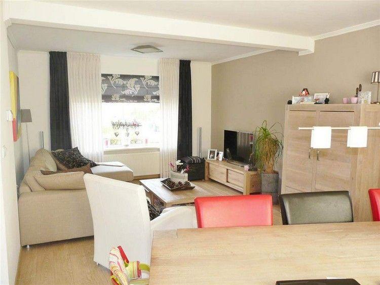 Massivholzmöbel in Eiche und cremefarbenes Sofa | Wohnzimmer Wand ...