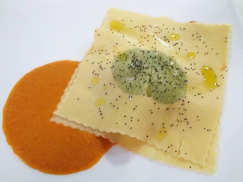 Foto del raviolo aperto di melissa burrata al mandarino e bottarga