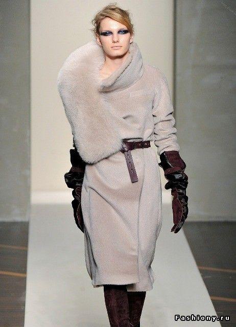 38d76fce5a7 Пальто с меховым воротником