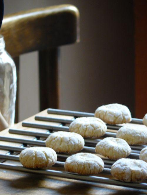 biscotti di mandorla alla siciliana! *better if you roll them in sliced almonds before baking
