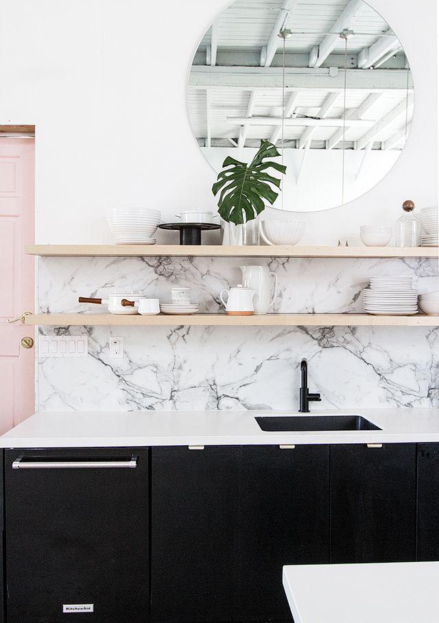 Crédence en marbre étagère en bois et mobilier noir pour une cuisine tendance