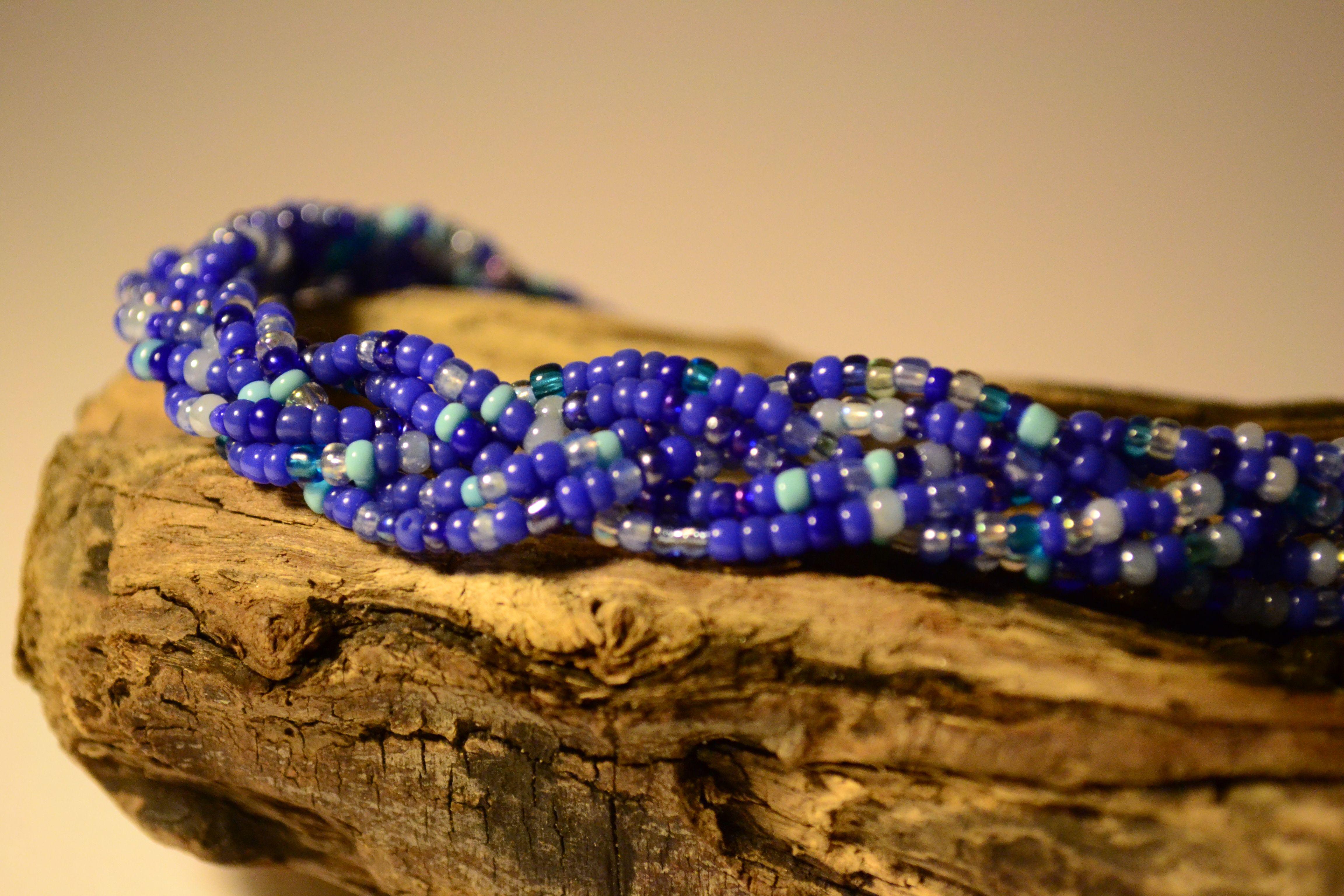Collier tressé dans un camaïeu de perles de rocaille bleues by Golden Bat // Shop>> https://www.etsy.com/fr/listing/227169281/collier-tresse-dans-un-camaieu-de-perles?ref=shop_home_feat_4