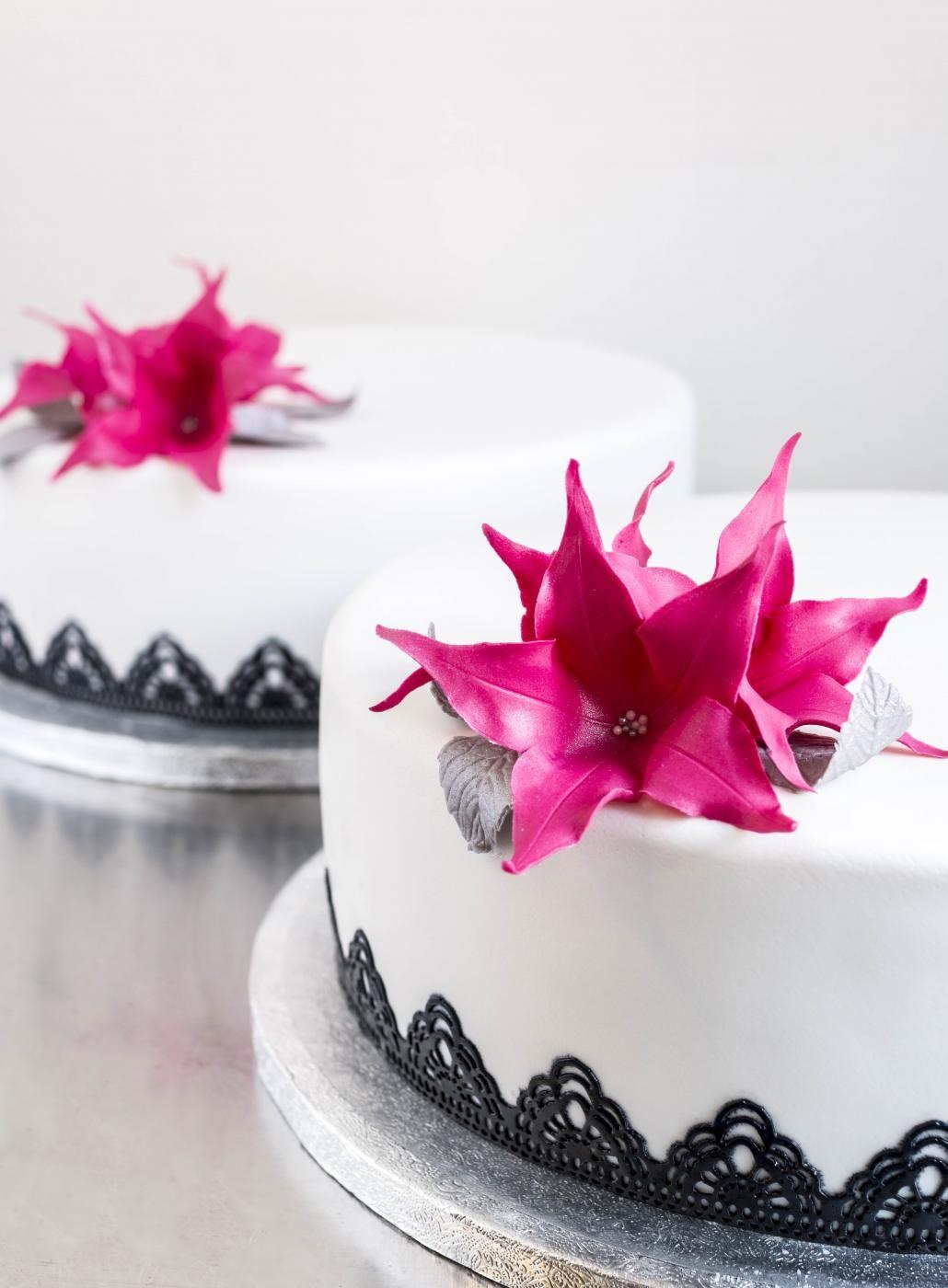 Hääkakku  ja pinkit kukkakoristeet // Wedding Cake & Pink Flowers Food & Style Emma Iivanainen, Painted By Cakes Photo Emma Iivanainen www.maku.fi