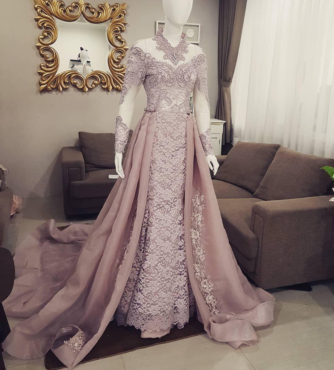 Gambar mungkin berisi: satu orang atau lebih  Pakaian pernikahan