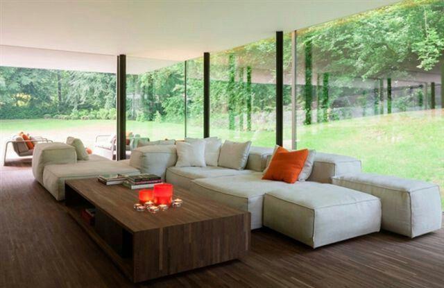 Moderne salon met accessoires in warme kleuren woonkamer
