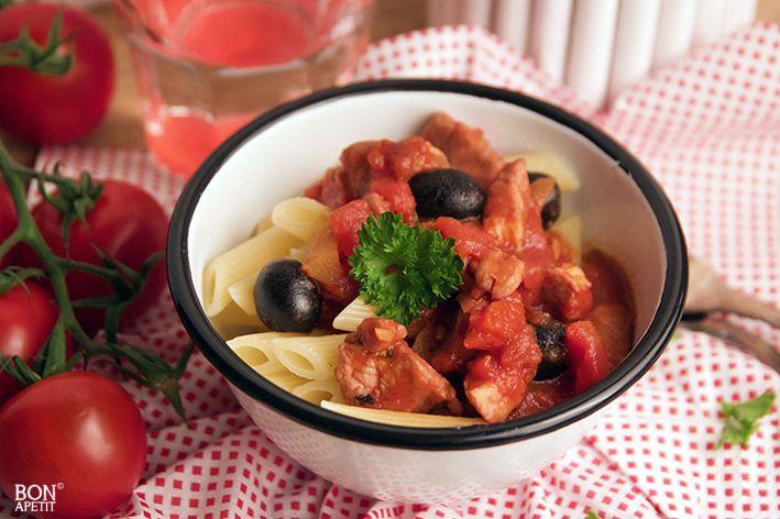 Deze pasta met kip, tomaat en paprika is super makkelijk te maken. Perfect voor doordeweekse avonden! Zeker weten smullen! Recept op BonApetit.