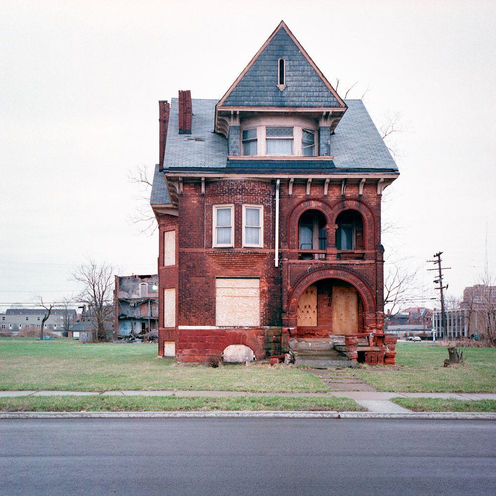 """Kevin Bauman un fotografo nato nel 1972 a Detroit, nel Michigan; uno dei suoi progetti più famosi e da cui lavora da più di 10 anni è """"100 Abandoned Houses"""" –100 case abbandonate– . Qui l'artista fotografo ha focalizzato l'attenzione sulle case abbandonate di Detroit"""