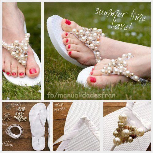Sandália de pérolas, pra quem não entendeu: é só enrolar a fitinha branca num chinelo estilo Havaianas e depois costurar as pérolas.