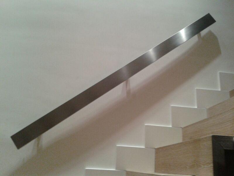 Escaleras de madera con barandas de madera oscura paredes blancas ...