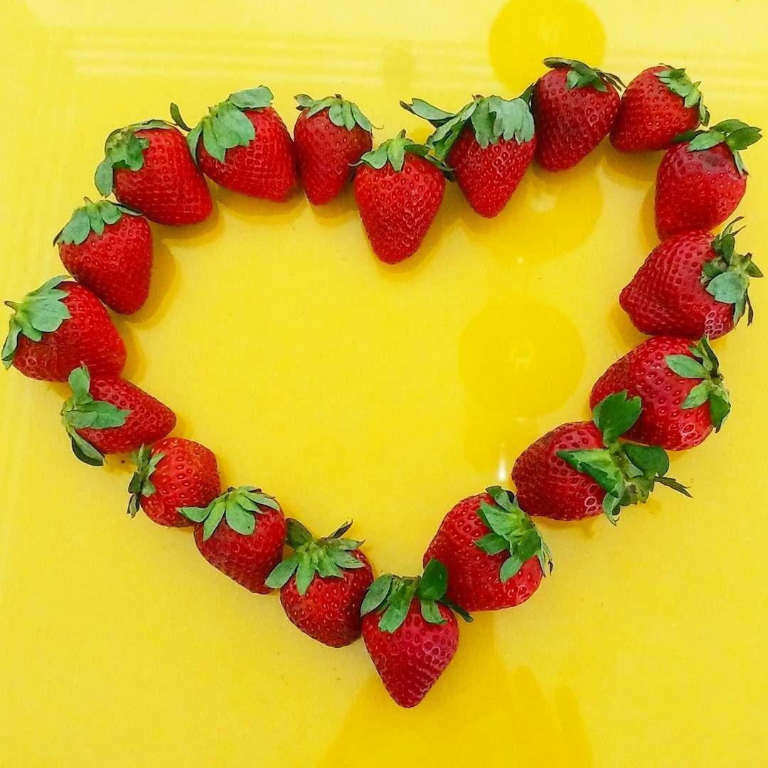 As vezes o que a gente só precisa é de: morangos champagne e amor .  #morango #strawberry #champagne #Love #lovecooking #lifeisgood #foodpics #popart #foodart