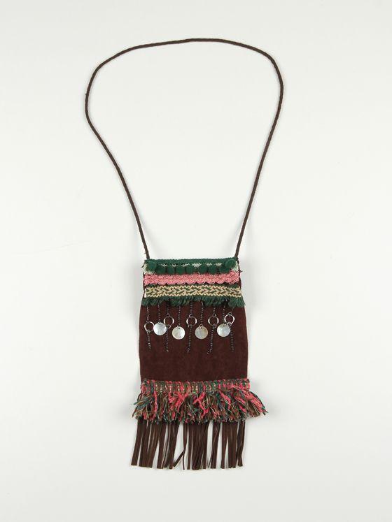 pechera en antelina marrón decorada con varios tipos de pasamanería y fleco de antelina