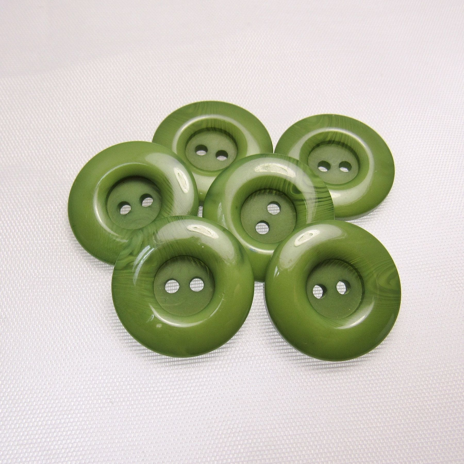 16 mm diameter Vintage Set on Card of 8 Pale Green Plastic Buttons 11//16 in