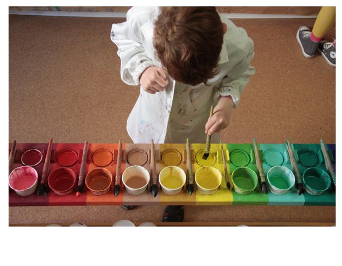 Kind mischt Farben