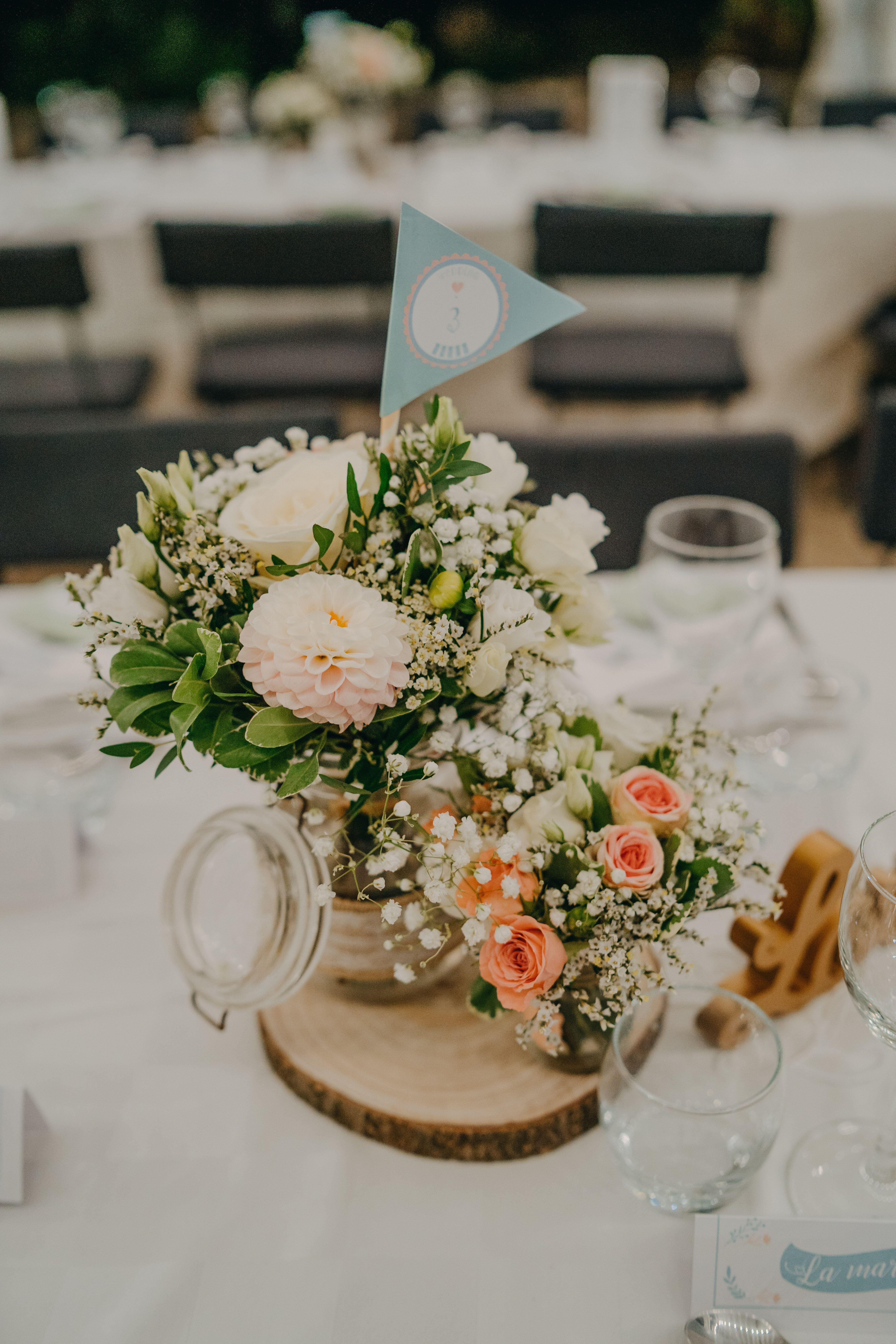 Centre De Table Mariage Bouquet Champetre Realisation Numero De Table Drapeau Wedding Decor Centre De Table Mariage Deco Table Mariage Numeros De Table