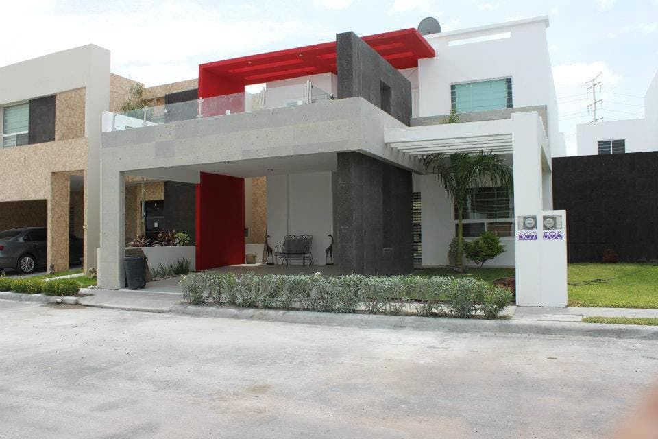 Busca imágenes de diseños de Casas estilo moderno: Fachadas. Encuentra las mejores fotos para inspirarte y y crear el hogar de tus sueños.