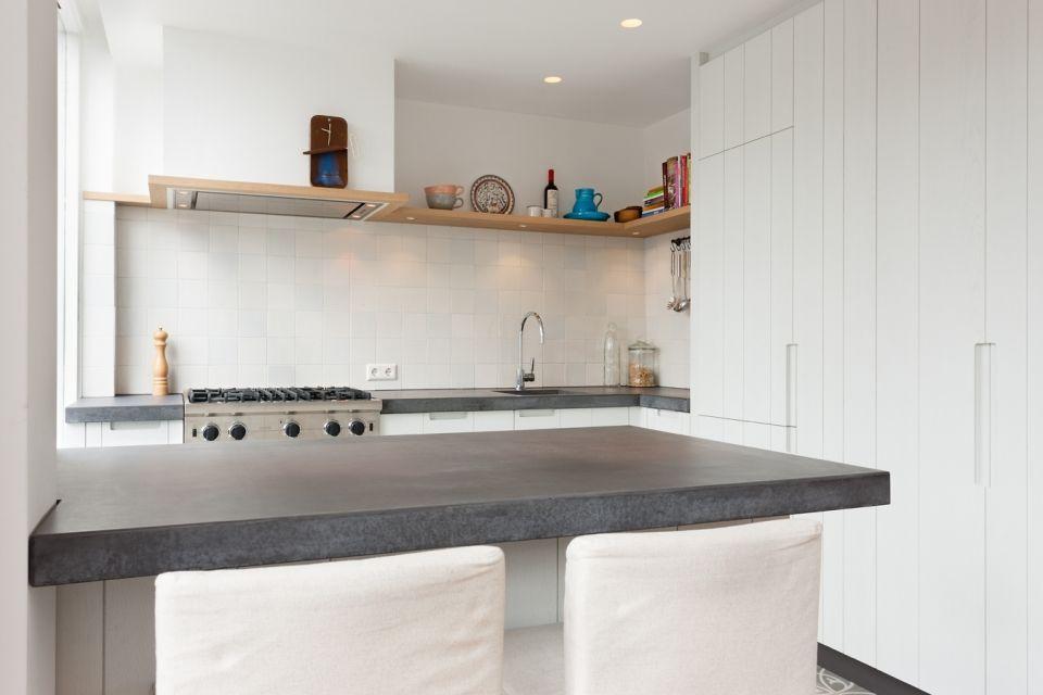 Muur Keuken Kleine : Landelijke keuken met bar mooie krukken erbij keuken
