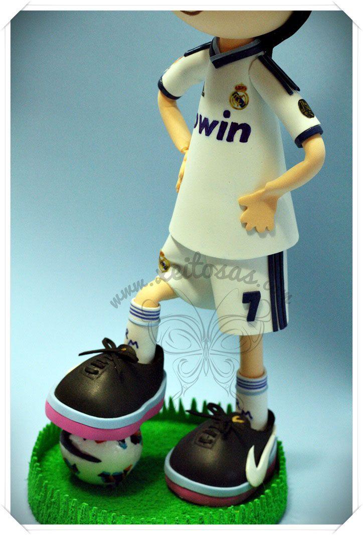 Fofucha Cristiano Ronaldo con la equipación del Real Madrid 2012/2013 incluidas sus botas Nike Mercurial Vapor y el balón de la liga BBVA