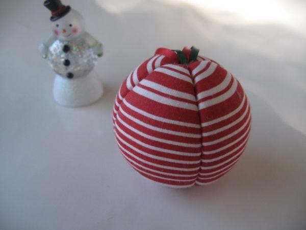 Com estas bolas de Natal de tecido e isopor a sua árvore este ano vai ficar ainda mais linda (Foto: baresockcrafts.blogspot.com.br)