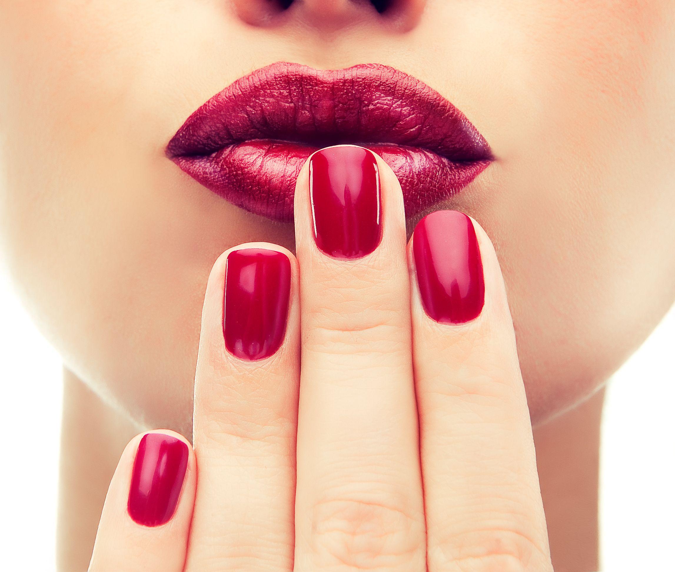 ¿Qué tal si combinas tu mani y tus labios con un tono rojo quemado para tu gran noche?