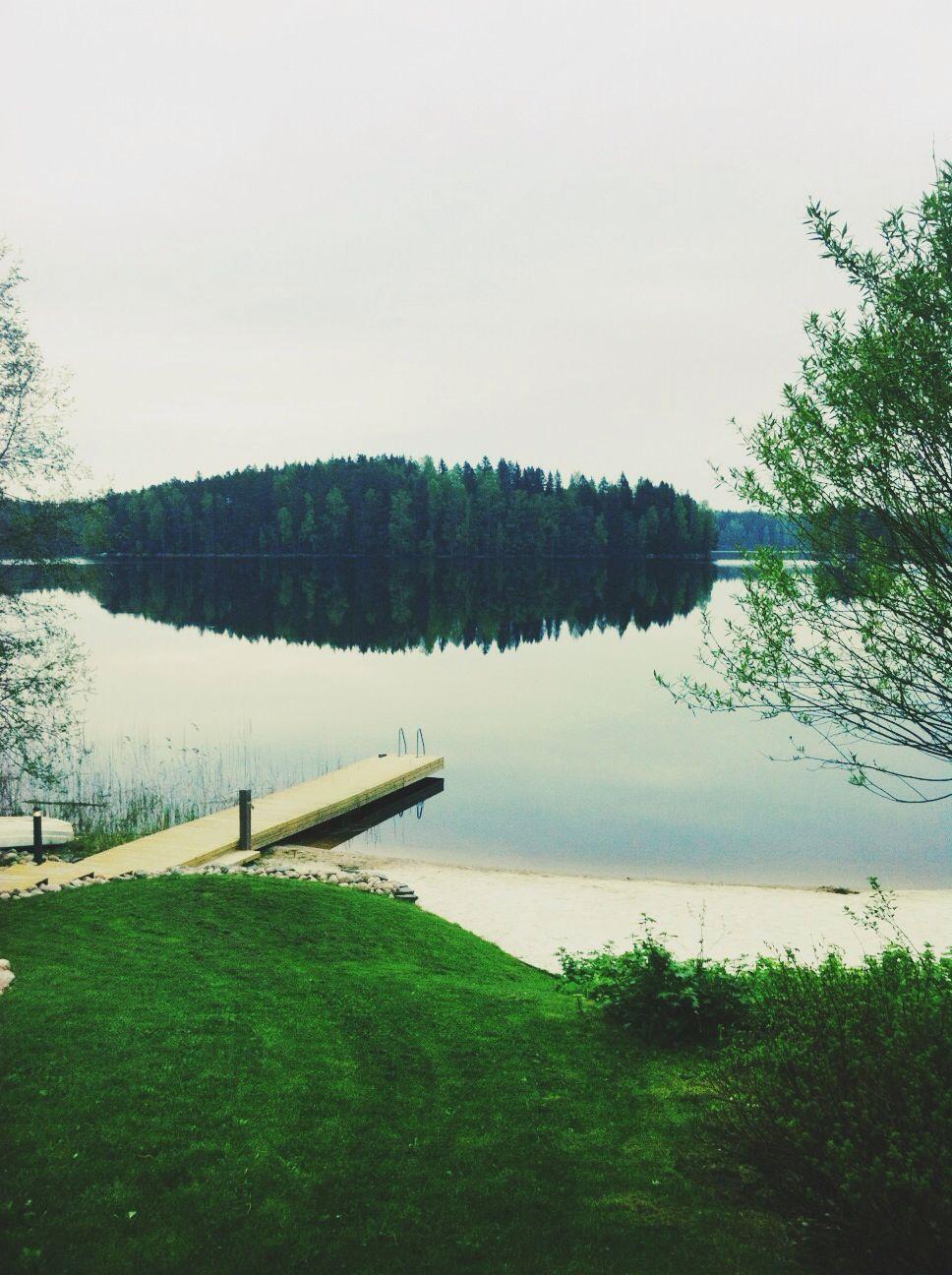 Sumuinen aamu valkenee Kielorannassa, täällä odotetaan jo Loviisan rakentajia saapuvaksi. Toukokuu 2014.