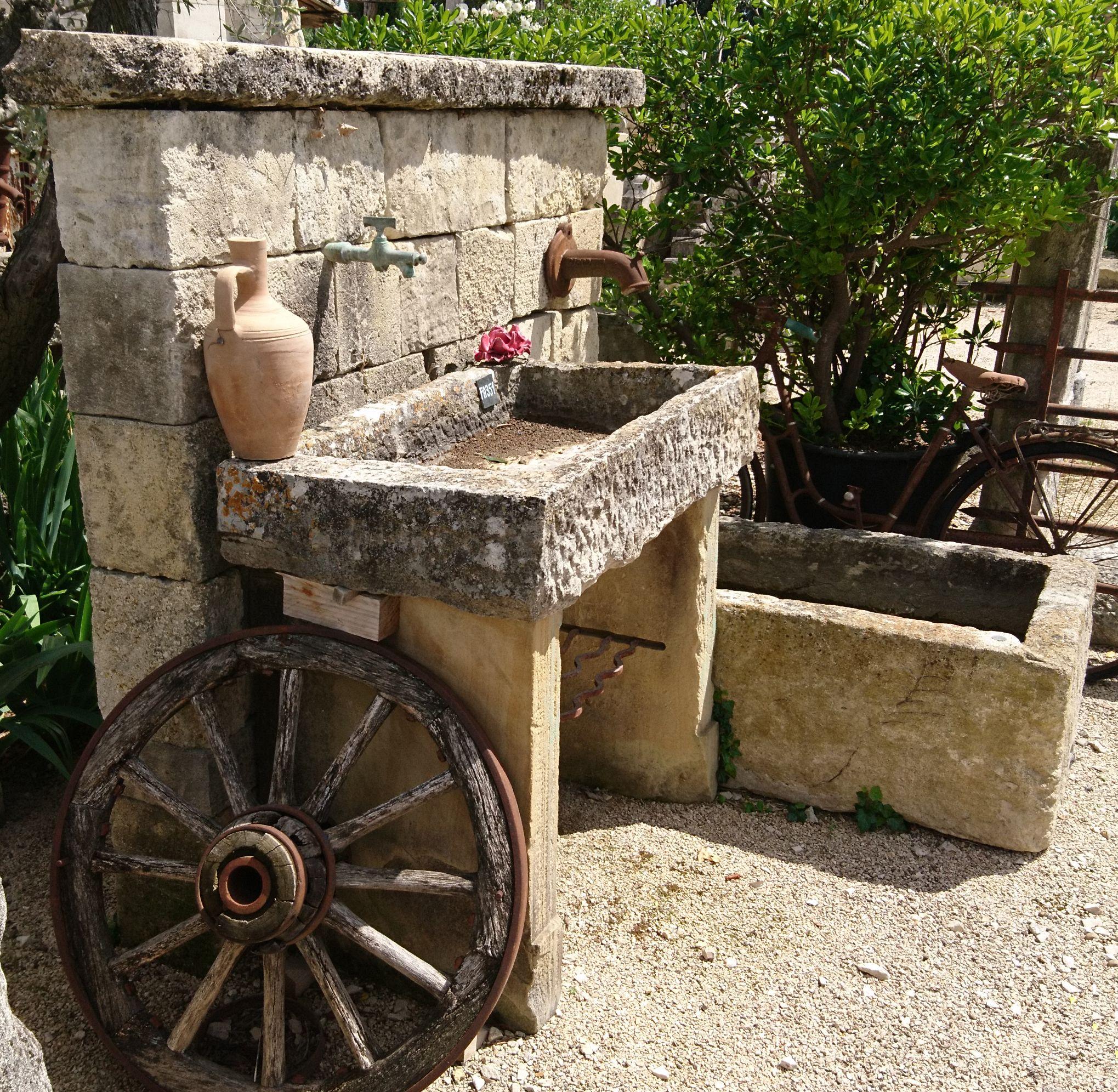 belle fontaine murale en pierre avec bac ancien et évier