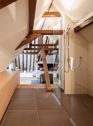 Badkamer douche integreren in slaapkamer woonboerderij ook de kast aan de zijkant onder het - Badkamer onder het dak ...