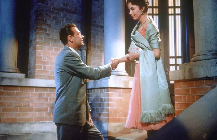 """William Holden (1918-1981) und Jennifer Jones (1919-2009) im Film """"Alle Herrlichkeit auf Erden"""" (1955)."""