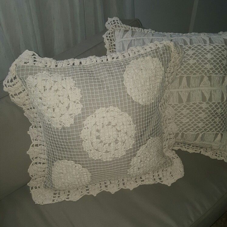 Almofada de linho com aplicações de croché e filé de rede!