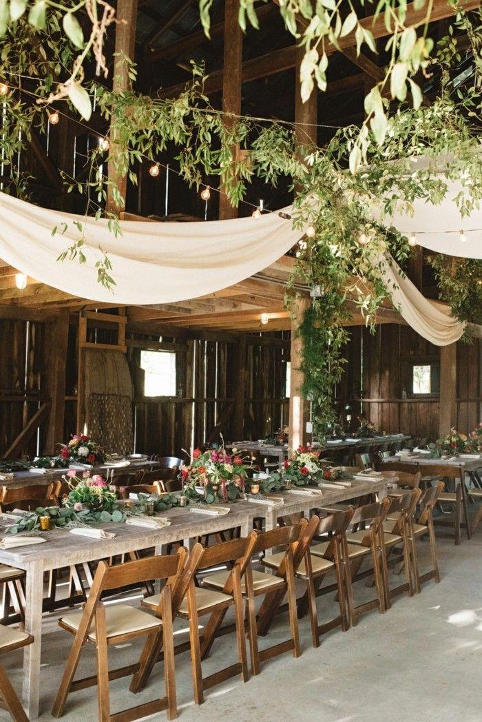 Hochzeitsfeier Im Garten Holzmöbel Mit Blumen Dekorieren