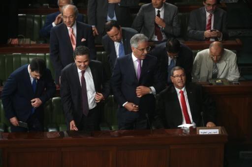 Une écrasante majorité du Parlement tunisien a retiré samedi soir sa confiance au gouvernement de Habib Essid, sous pression depuis que le président Béji Caïd